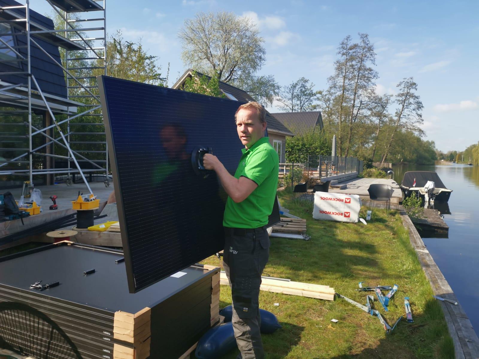 Team installeert zonnepanelen Groningen